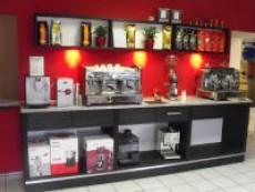 Die neue Kaffeebarwand im Laden…….